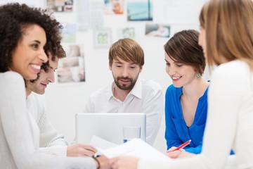 kreatives team bespricht ideen