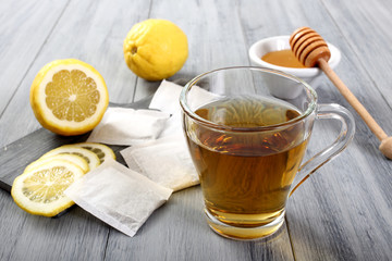 the' miele e limone sfondo grigio