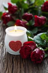 Kerze und Rosen zum Valentinstag