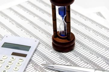 電卓 会計書類 ボールペン 砂時計