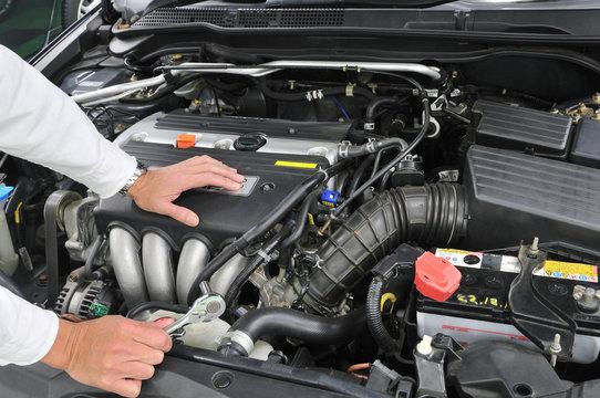 自動車のエンジン整備