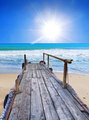 el embarcadero de la playa tropical