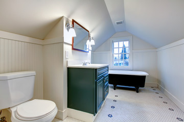 White refreshing bathroom with antique style bath tube