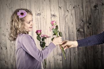 Kind reicht rose