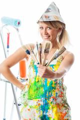 Blonde Malerin mit Pinseln
