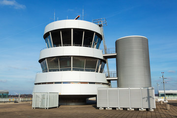 alter Tower des Düsseldorfer Flughafens