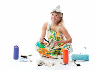 Blonde Frau mit Malerzubehör