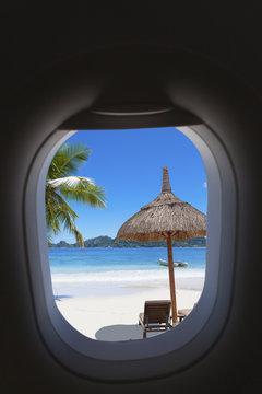 plage paradisiaque des Seychelles à travers hublot