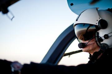Pilot im Rettungshubschrauber Hubschrauber Cockpit Fototapete