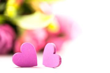 2 Herzen vor Blumenstrauß