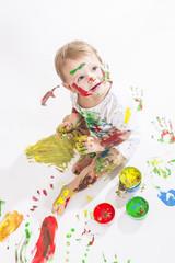 Kleine Künstlerin beim malen