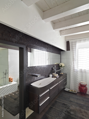 Bagno moderno con mobile di legno scuro immagini e for Fenetre longue cuisine