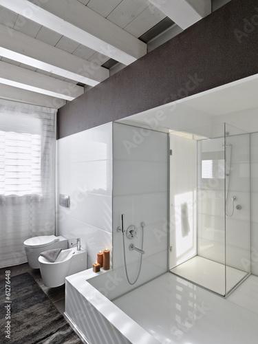Grande vasca da bagno nel bagno moderno immagini e - Vasca da bagno grande ...