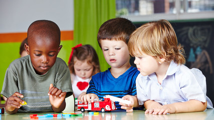 Kinder spielen zusammen im Kindergarten