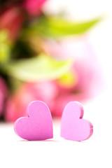 Herzen vor Blumenstrauß