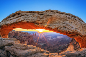 Photo sur Plexiglas Parc Naturel Sunrise at Mesa Arch in Canyonlands National Park