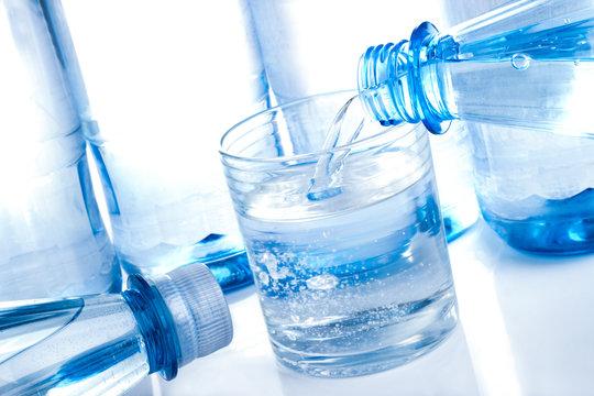 Mineralwasser Flaschen und Glas