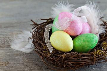 Nest mit Eiern auf Holz