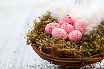 Osternest mit pinken Eiern