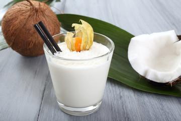 frullato di cocco in bicchiere di vetro