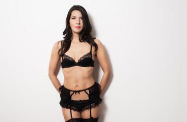 Schöne Frau in sexy schwarzer Unterwäsche