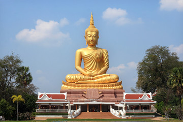 big  golden Buddha statue in Thai  temple