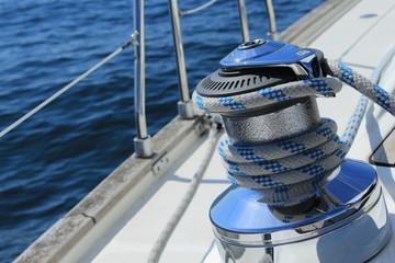 Winch mit Schot auf einer Segelyacht / Segelboot / Segelschiff