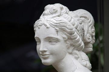 Kopf einer Frauenstatue