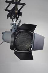 Studio Kompaktblitz mit Normalreflektor, Klappen und Wabenfilter