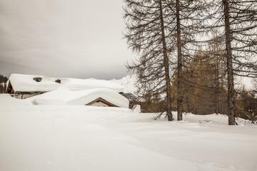 Piccolo borgo di montagna isolato da un abbondante nevicata