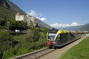 Zug der Vinschgerbahn vor Schloss Kastelbell
