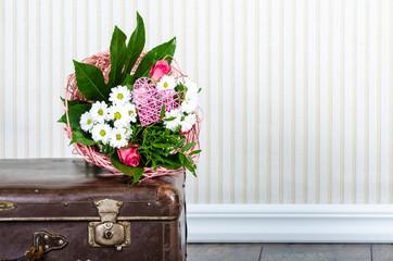 Blumenstrauß auf einem alten Koffer