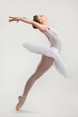 Młody tancerz baleriny w tutu wykonywania na pointes - 61548882