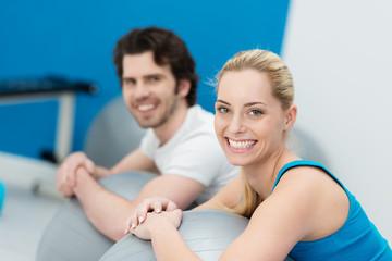 mann und frau beim fitnesstraining