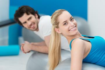 entspanntes paar im fitness-center