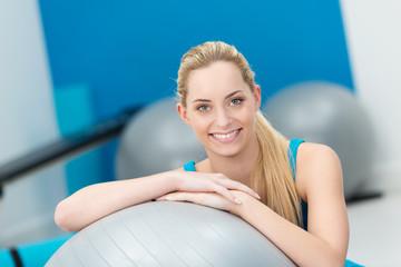lächelnde blonde frau im fitness-center