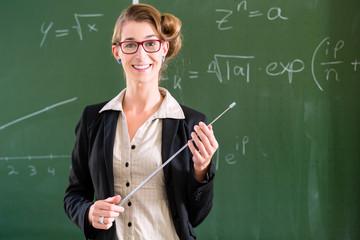 Lehrer auf Hausbesuch fickt junge Schlampe durch