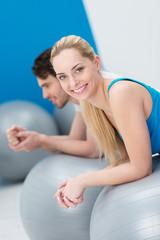 junges paar im fitness-kurs