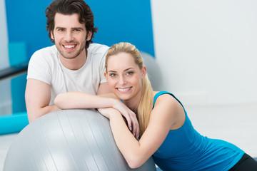 glückliches junges paar im fitnesscenter