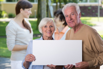 Senioren halten Freisteller Copy space für Ihren Text
