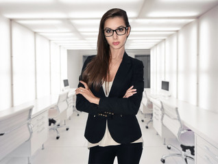 Obraz Attractive businesswoman with brown hair in modern office - fototapety do salonu
