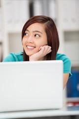 entspannte junge frau am laptop