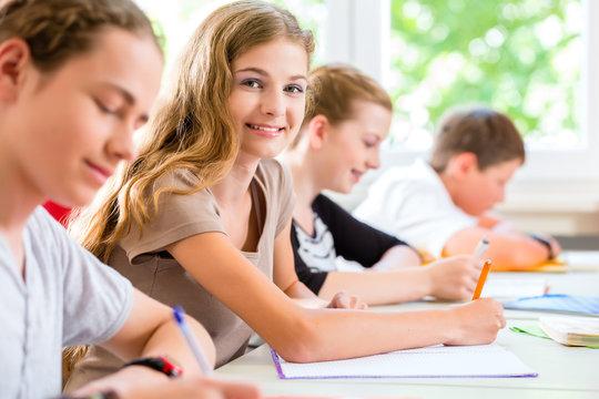 Schüler schreiben Klassenarbeit in Schule