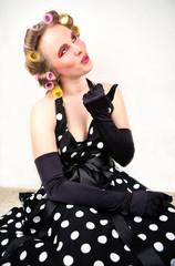 Frau in Retro Kleid und Lockenwicklern