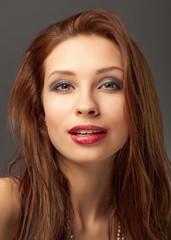 Hübsche Frau mit braunen Haaren