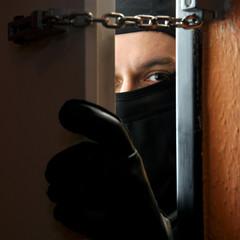 Einbrecher bricht in Haus ein - fototapety na wymiar