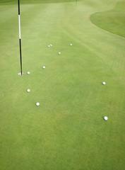 Golfbälle auf dem Übungsgrün
