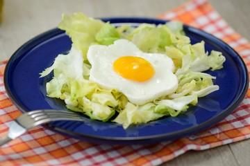 uova al tegamino con contorno d'insalata