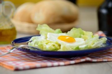 uova al tegamino con contorno d'insalata e cestino del pane