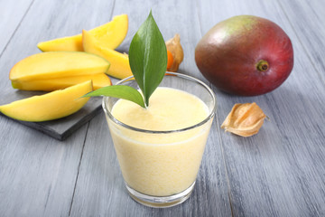 frullato di frutta mango sfondo grigio